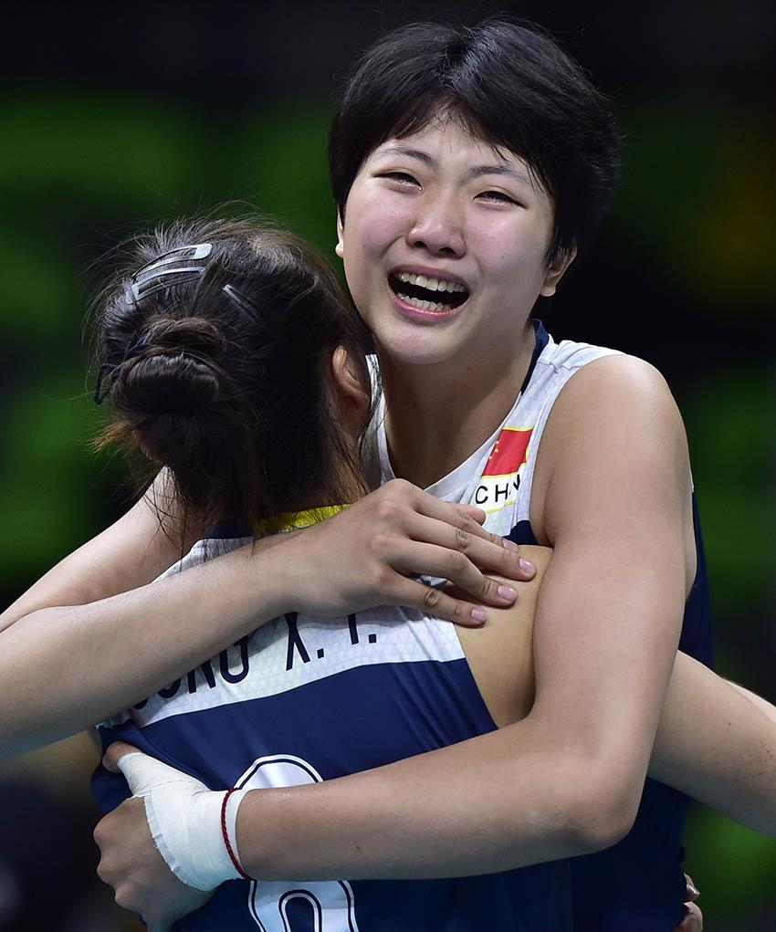 袁心玥(右)在赛后与队友拥抱庆祝