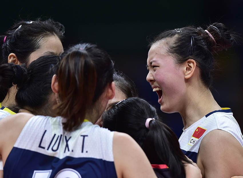 张常宁(右一)在比赛中与队友庆祝得分