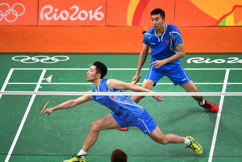 柴飚/洪炜(右)在比赛中