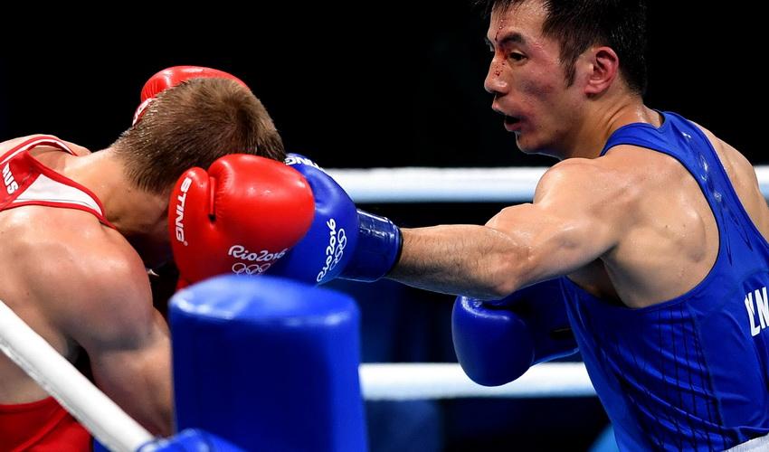 中国选手胡谦逊(右)和俄罗斯选手杜内舍夫在比赛中