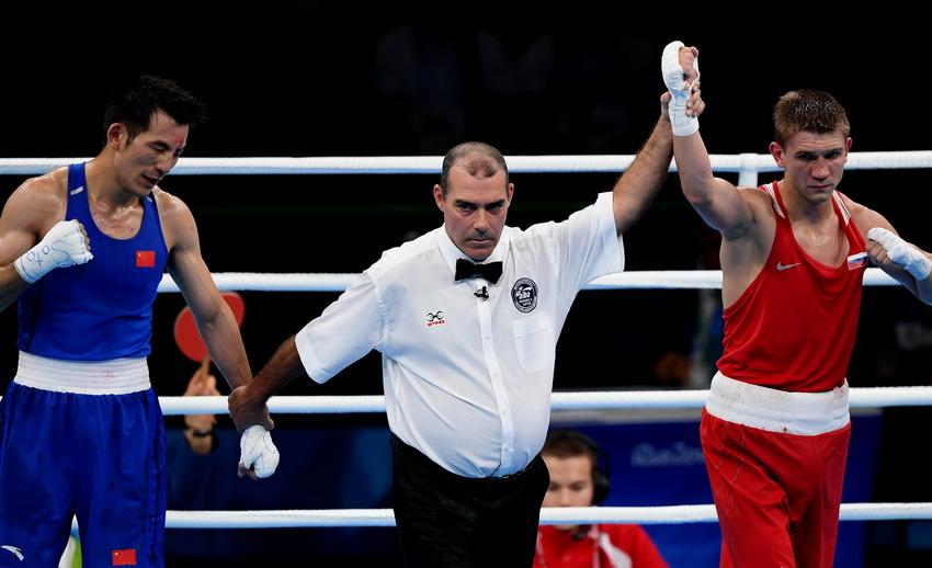 裁判判定俄罗斯选手杜内舍夫(右)获胜