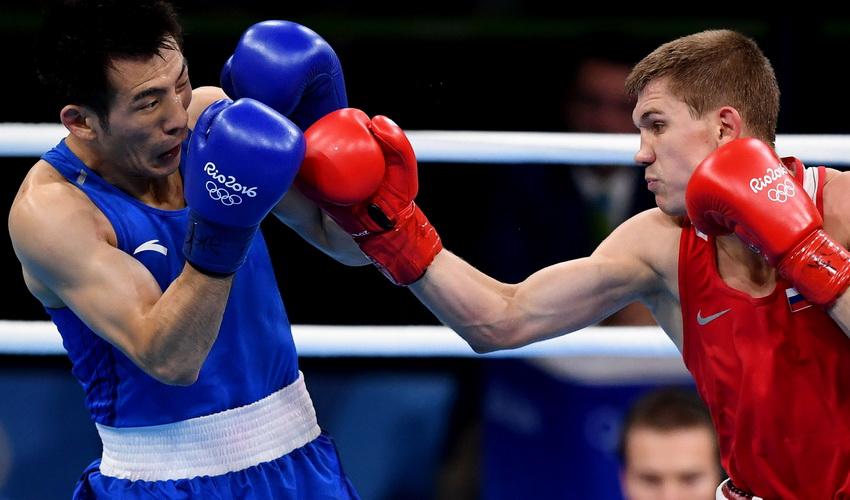 中国选手胡谦逊(左)和俄罗斯选手杜内舍夫在比赛中