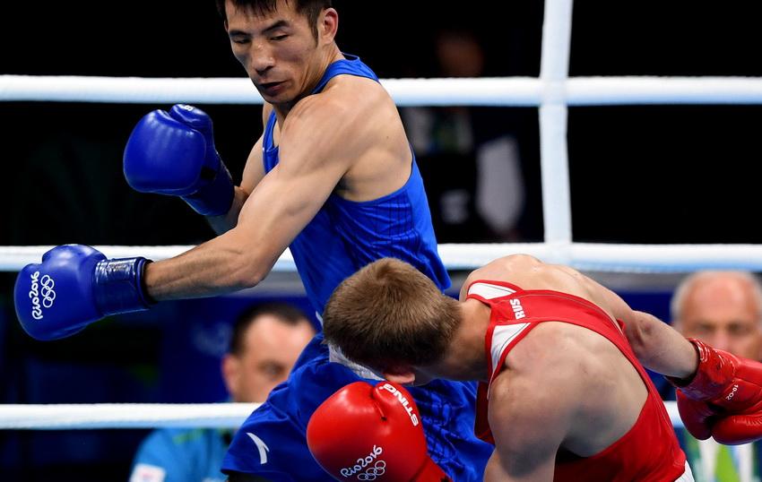 中国选手胡谦逊(上)和俄罗斯选手杜内舍夫在比赛中