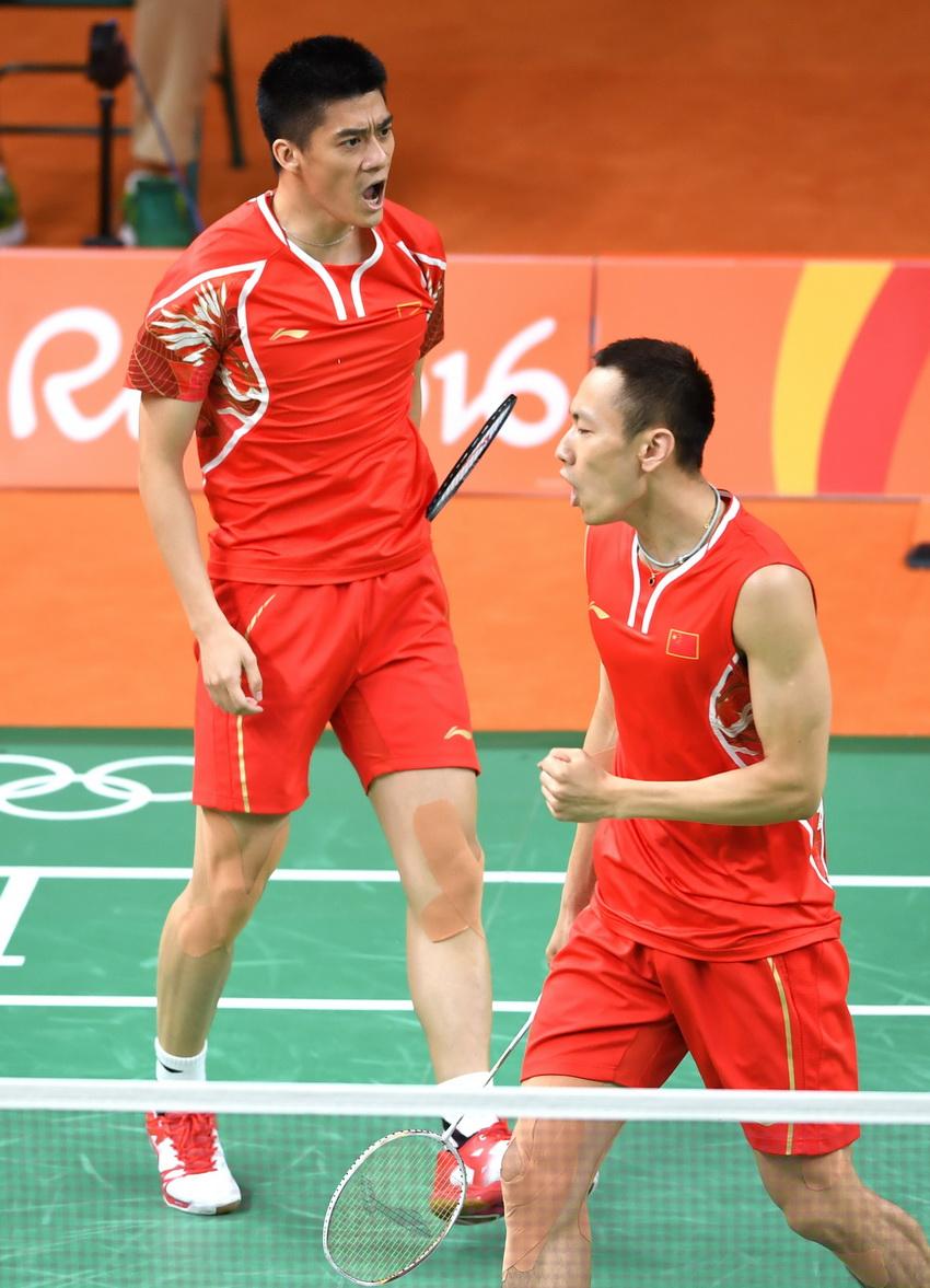 傅海峰(左)/张楠在比赛中庆祝得分