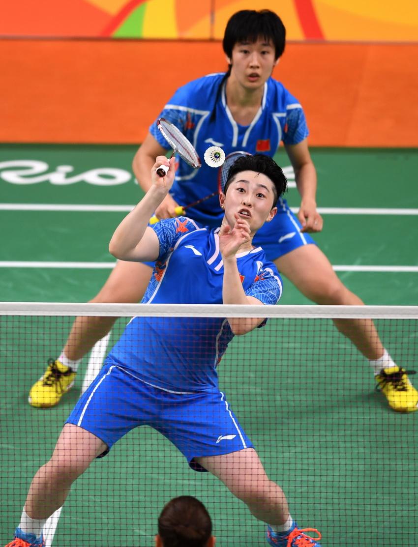 中国选手唐渊渟/于洋(前)在比赛中