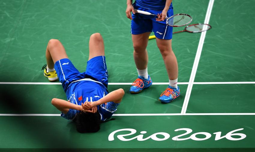 中国选手唐渊渟在比赛中摔倒