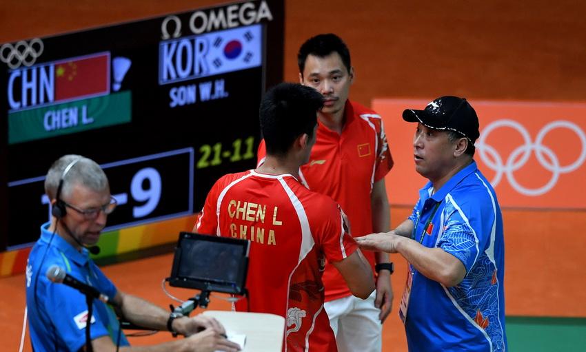 中国羽毛球队总教练李永波(右一)在比赛间歇指导谌龙