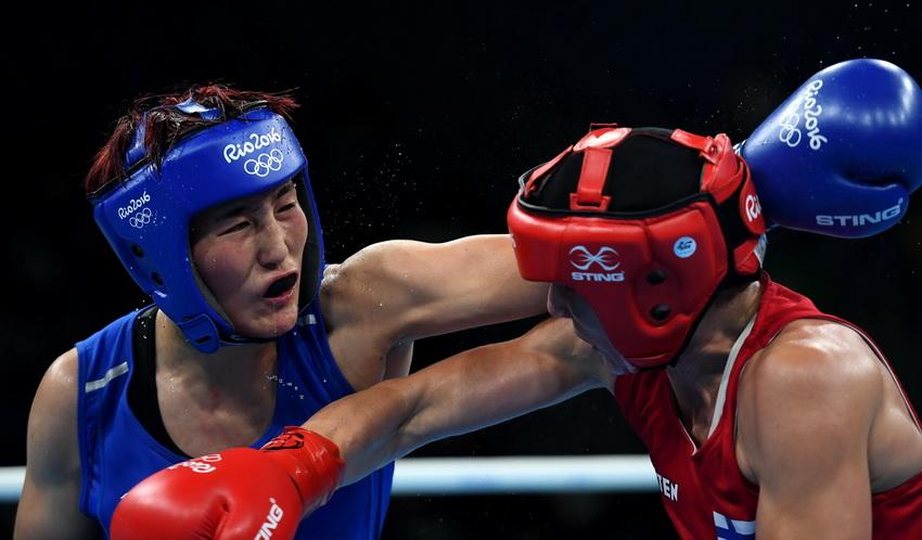 中国选手尹军花(左)与芬兰选手波特科宁在比赛中