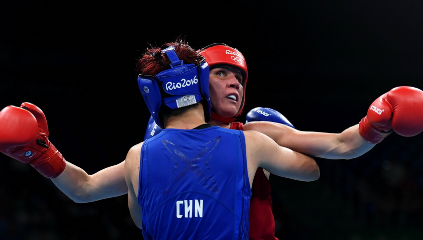 中国选手尹军花(前)与芬兰选手波特科宁在比赛中