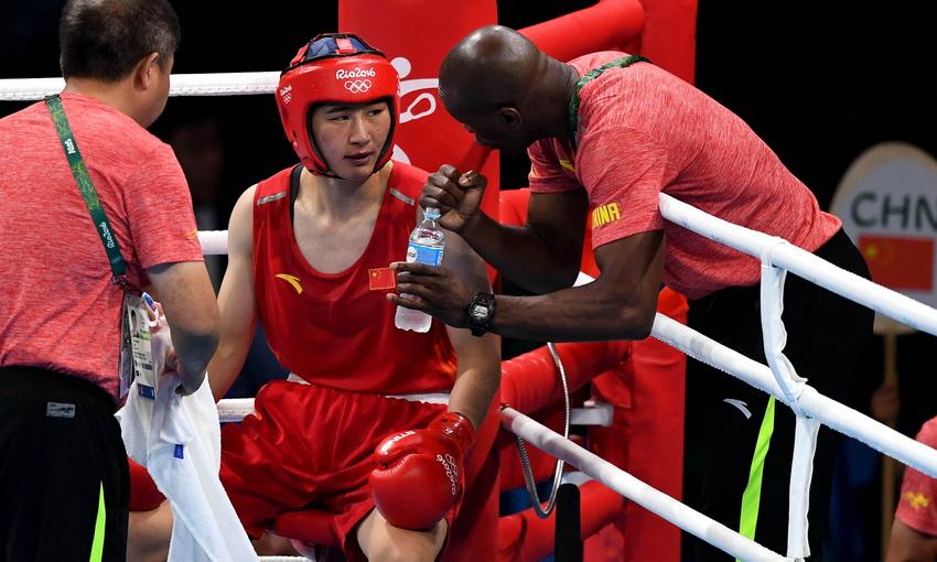 中国选手李倩(左二)在比赛间歇接受教练指导
