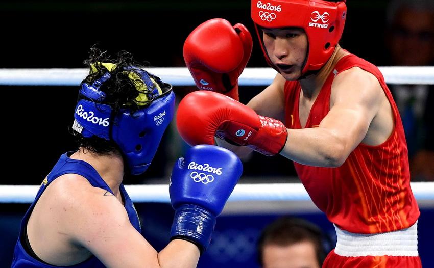 中国选手李倩(右)和巴西选手班德里娜在比赛中