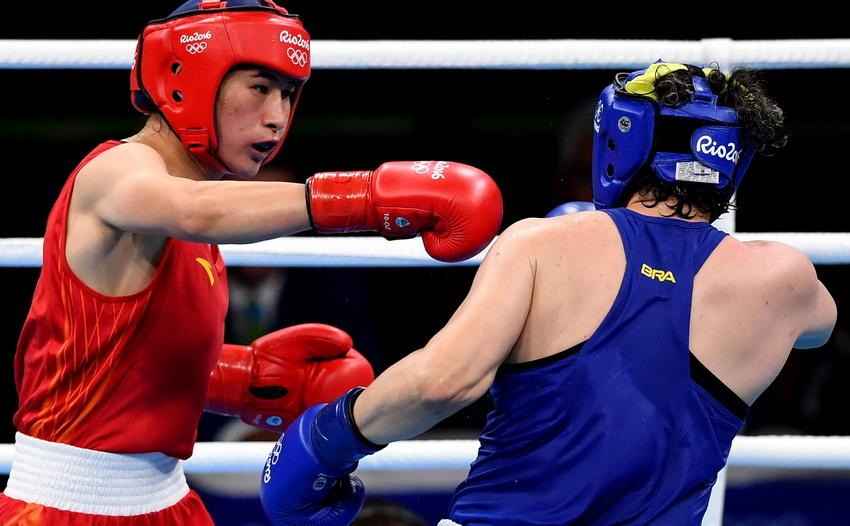 中国选手李倩(左)和巴西选手班德里娜在比赛中