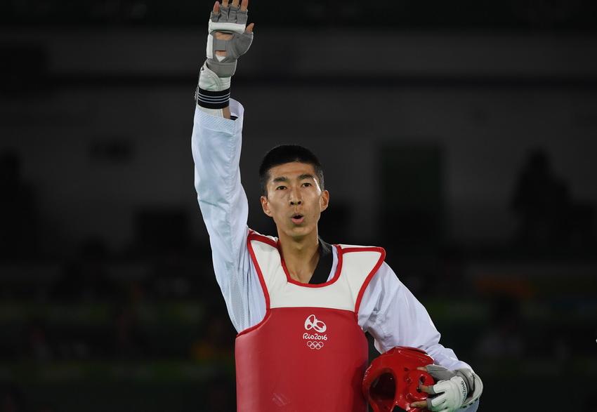 中国选手赵帅赛后向观众致意