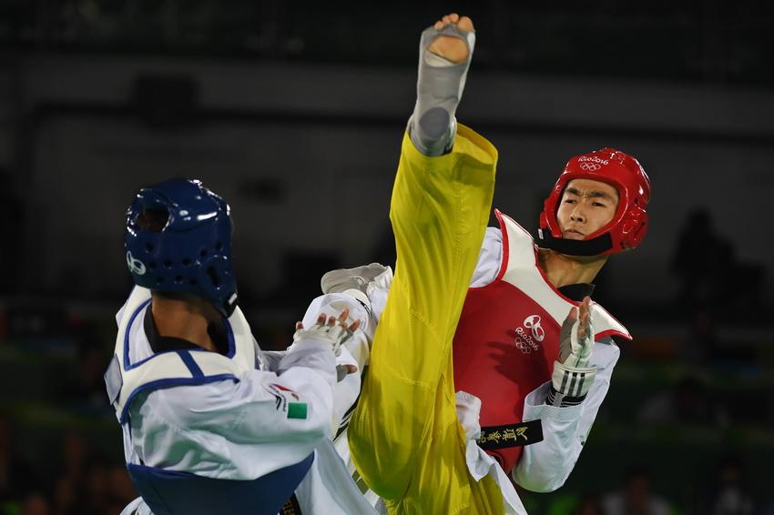 中国选手赵帅(右)和墨西哥选手巴尔德斯在比赛中