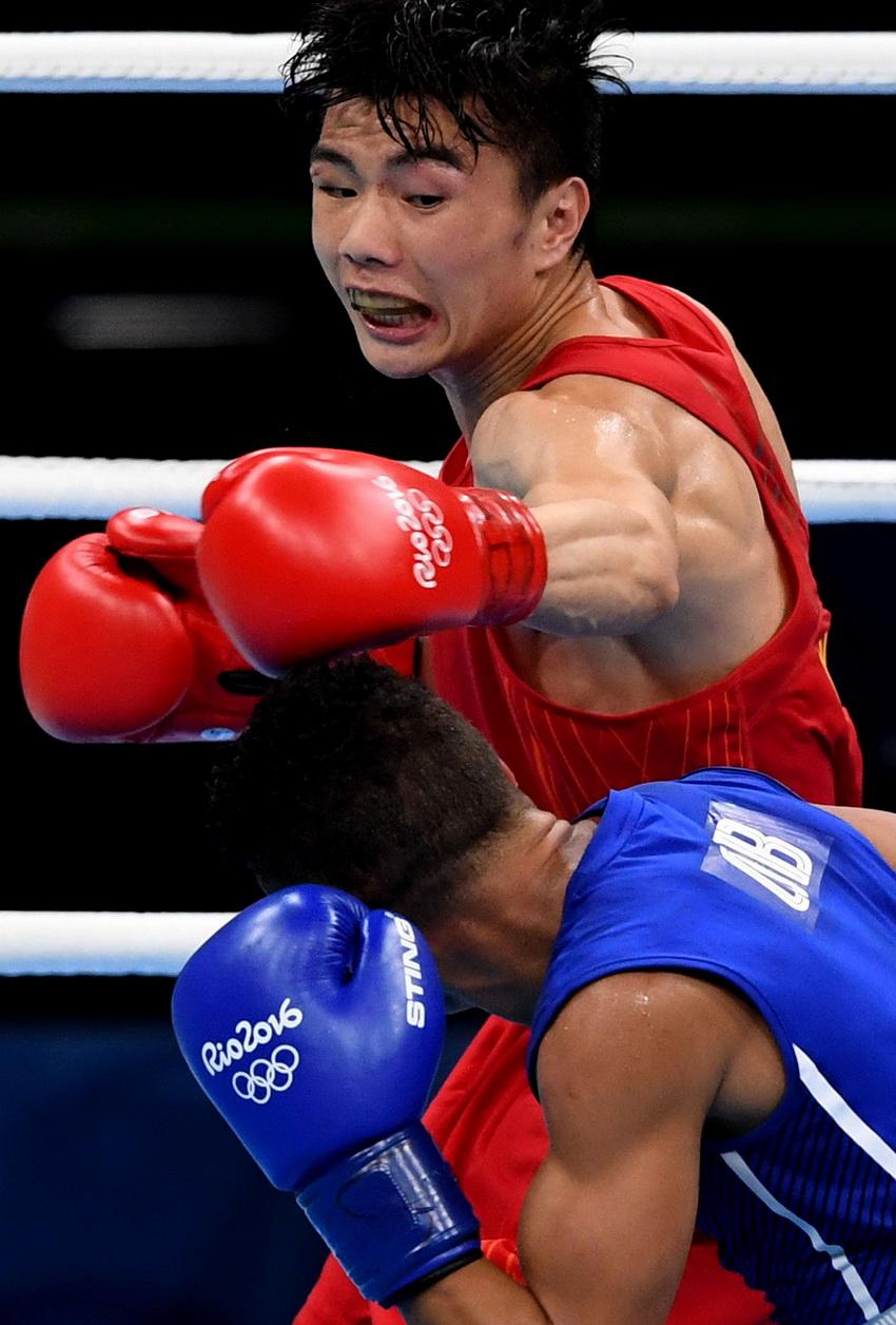 中国选手胡建关(上)和古巴选手贝蒂亚在比赛中