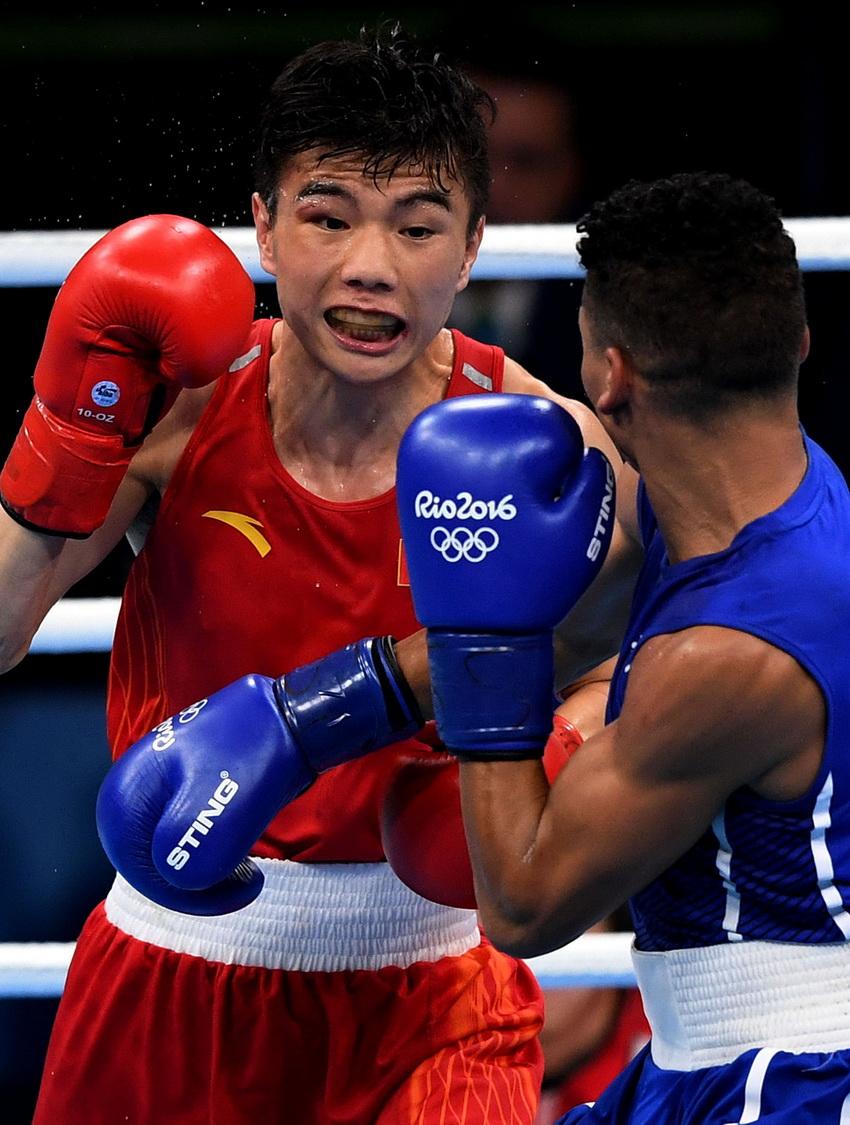 中国选手胡建关(左)和古巴选手贝蒂亚在比赛中