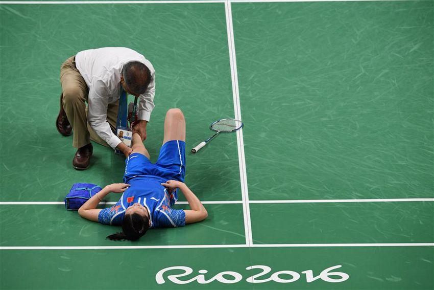 中国选手李雪芮在比赛中受伤倒地