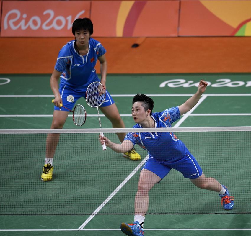 中国选手唐渊渟/于洋(右)在比赛中