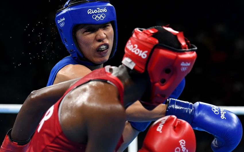 中国选手任灿灿(后)和英国选手亚当斯在比赛中