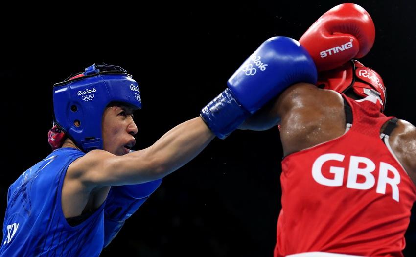 中国选手任灿灿(左)和英国选手亚当斯在比赛中
