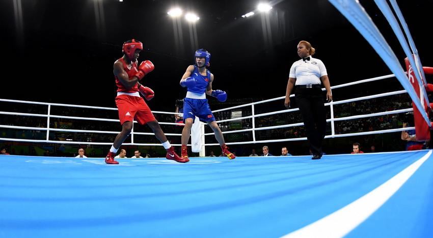 中国选手任灿灿(中)和英国选手亚当斯在比赛中