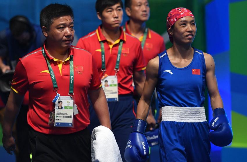 中国选手任灿灿((右)赛前入场