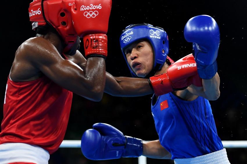中国选手任灿灿(右)和英国选手亚当斯在比赛中