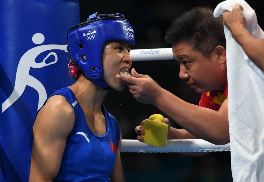 教练为中国选手任灿灿(左)戴上牙套