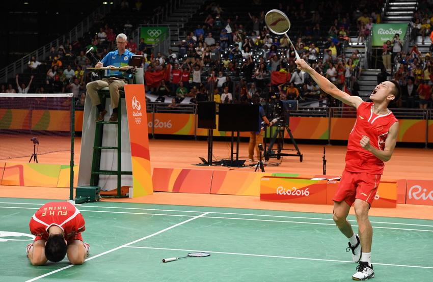 张楠/傅海峰(左)庆祝夺冠