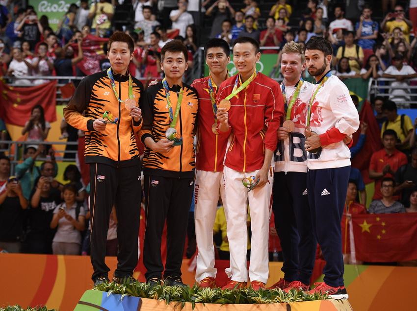 中国选手张楠/傅海峰(中)、马来西亚选手吴蔚昇/陈蔚强(左)和英国选手埃利斯/兰格里奇在领奖台上