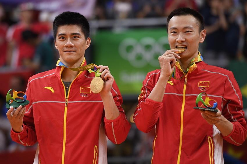 张楠/傅海峰(左)在领奖台上