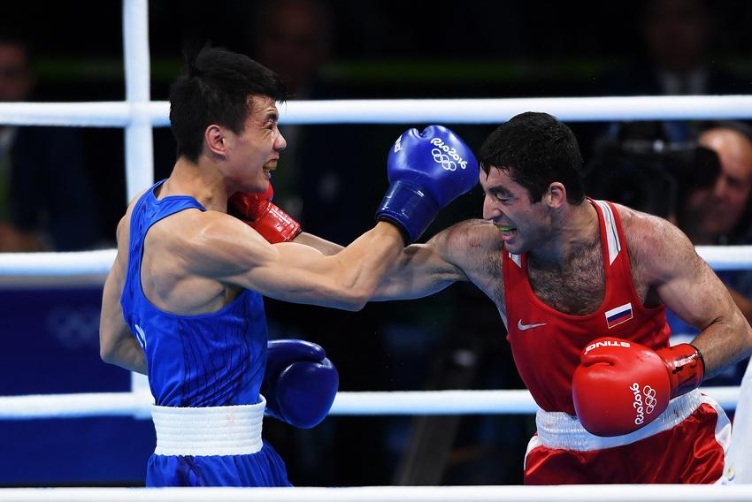 中国选手胡建关(左)和俄罗斯选手阿洛伊安在比赛中
