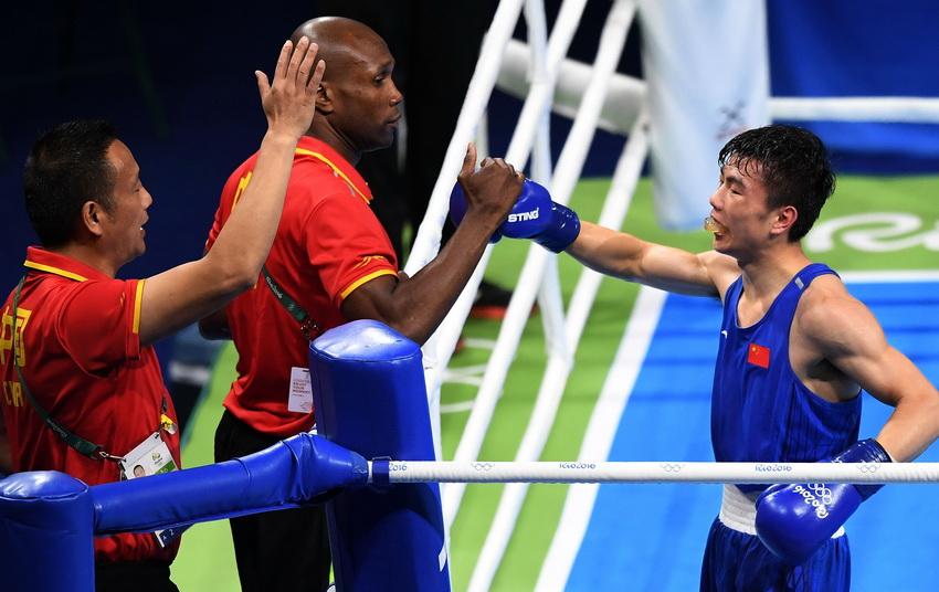 中国选手胡建关(右)和教练在一起