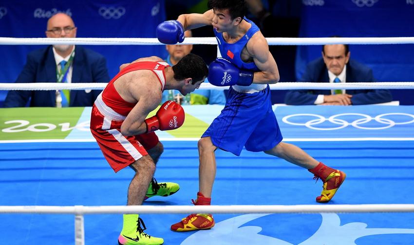 中国选手胡建关(右)和俄罗斯选手阿洛伊安在比赛中