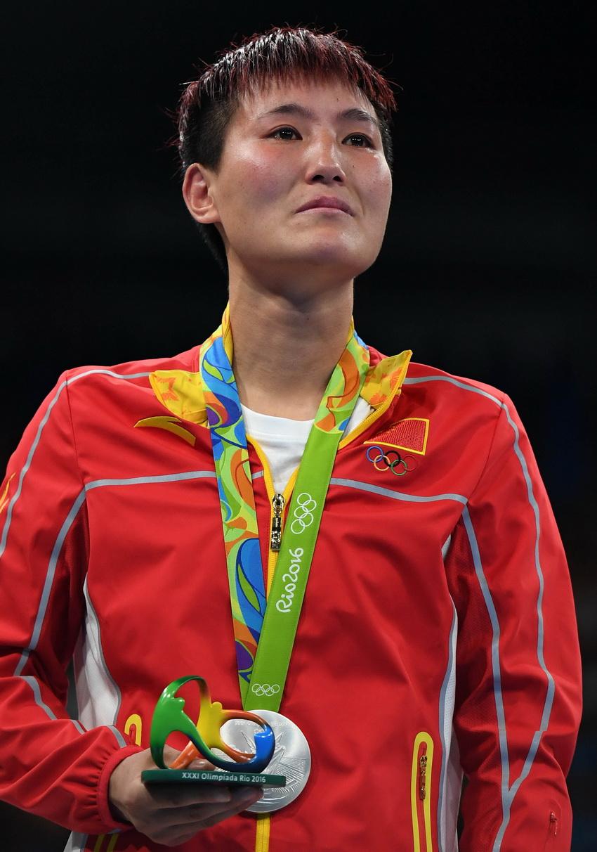 中国选手尹军花在领奖台上
