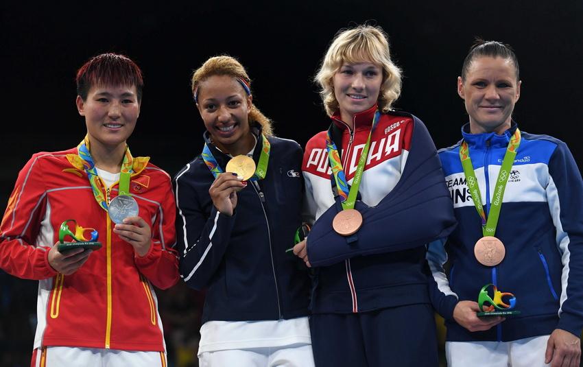 法国选手莫塞(左二)、中国选手尹军花(左一)、俄罗斯选手贝利亚科娃(右二)和芬兰选手波特科宁在领奖台上