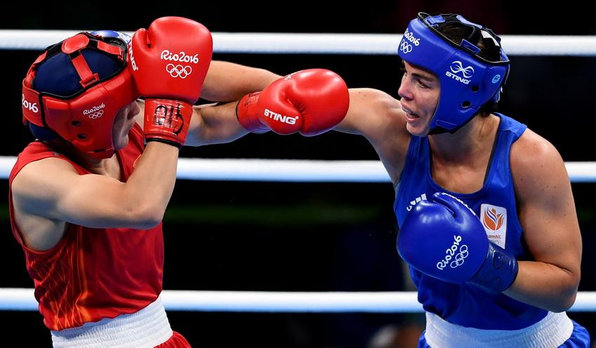 中国选手李倩(左)和荷兰选手芳汀在比赛中