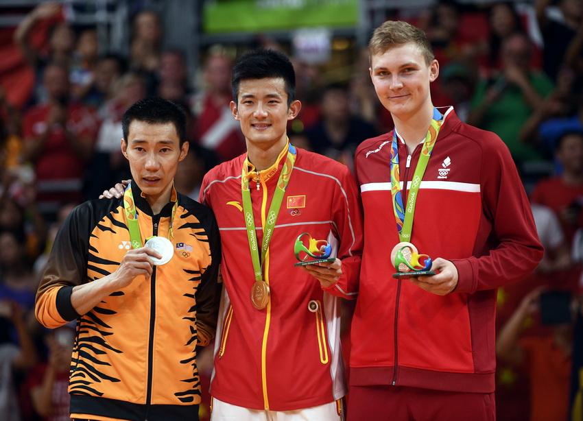 中国选手谌龙(中)、马来西亚选手李宗伟(左)和丹麦选手阿萨尔森在领奖台上