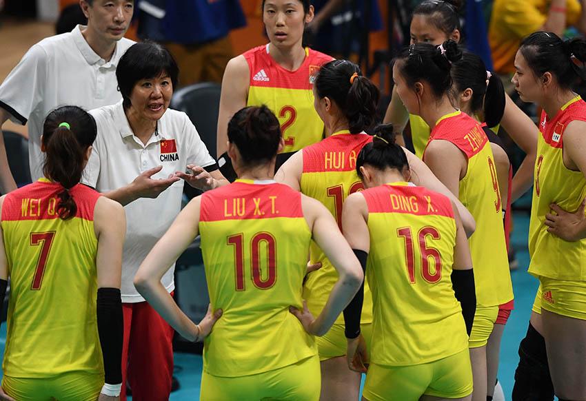 郎平在比赛暂停时间指导队员