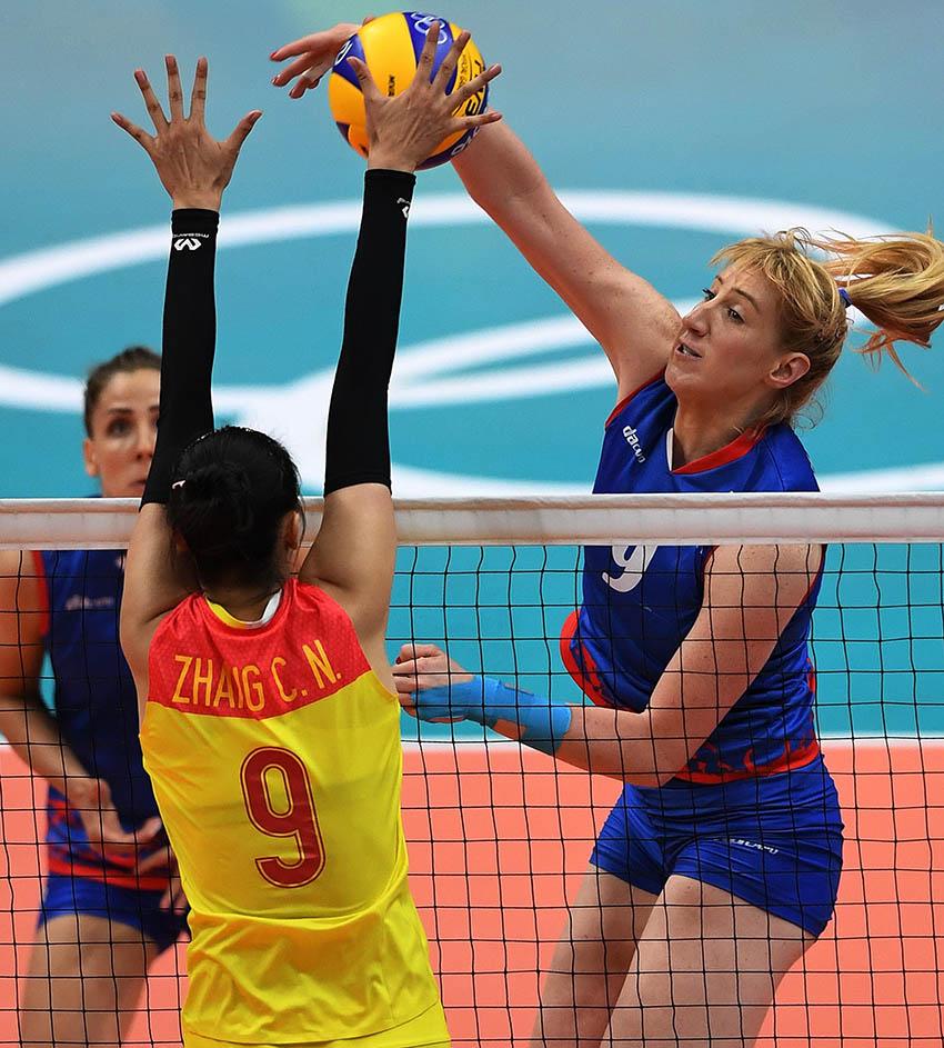 塞尔维亚队球员米哈伊洛维奇(右)在比赛中进攻