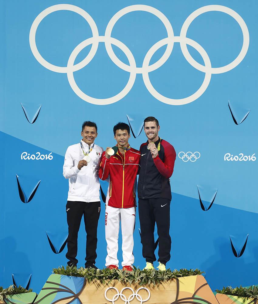 陈艾森(中)、墨西哥选手桑切斯(左)和美国选手鲍迪亚在颁奖仪式上