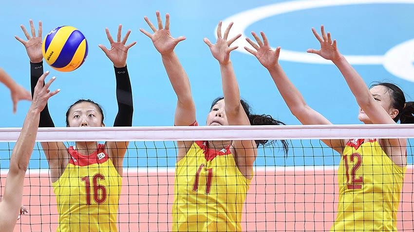 丁霞(左)、徐云丽(中)与惠若琪在比赛中拦网