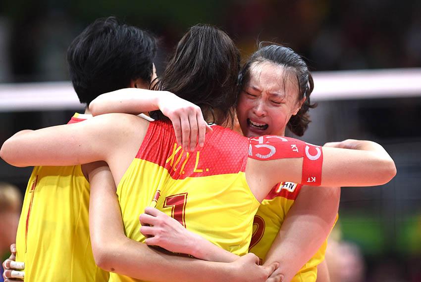 惠若琪(右)与队友拥抱庆祝