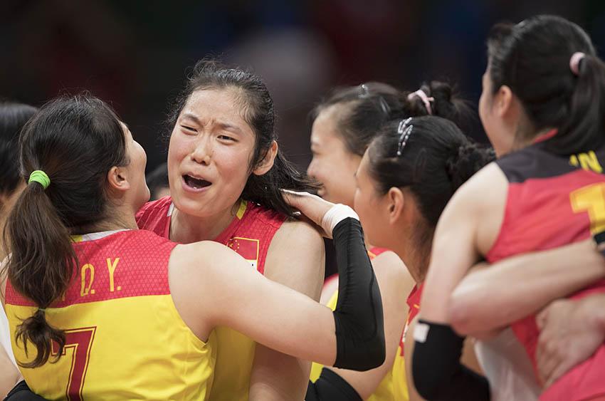 中国队球员朱婷(左二)在赛后和队友魏秋月(左一)拥抱庆祝夺冠