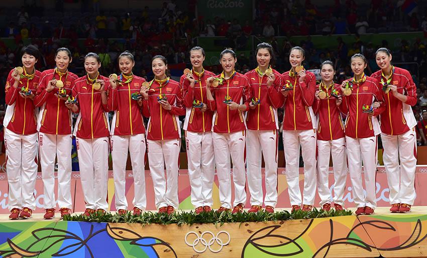 中国女排队员在颁奖仪式上展示金牌