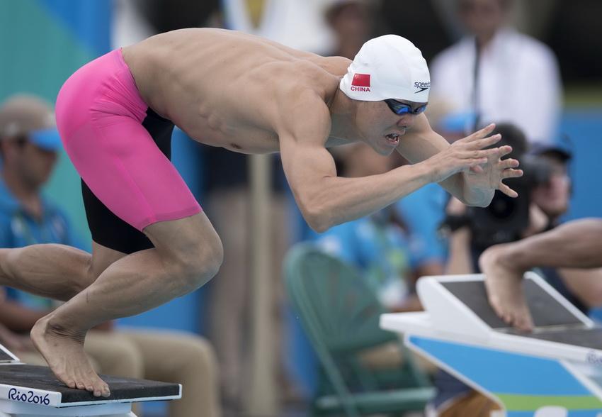 中国选手曹忠荣在现代五项男子决赛游泳比赛中入水。游泳比赛结束后,曹忠荣以340分暂列第五位。
