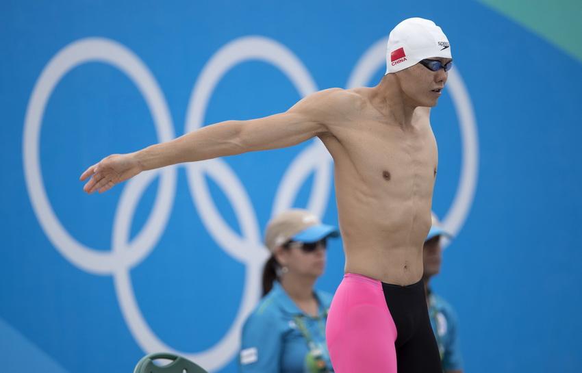 中国选手曹忠荣在现代五项男子决赛游泳比赛前做准备。游泳比赛结束后,曹忠荣以340分暂列第五位。