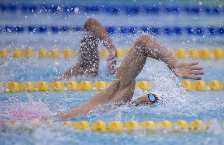 中国选手曹忠荣在现代五项男子决赛游泳比赛中。游泳比赛结束后,曹忠荣以340分暂列第五位。