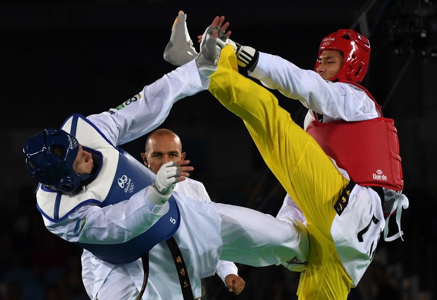 中国选手乔森(右)在比赛中