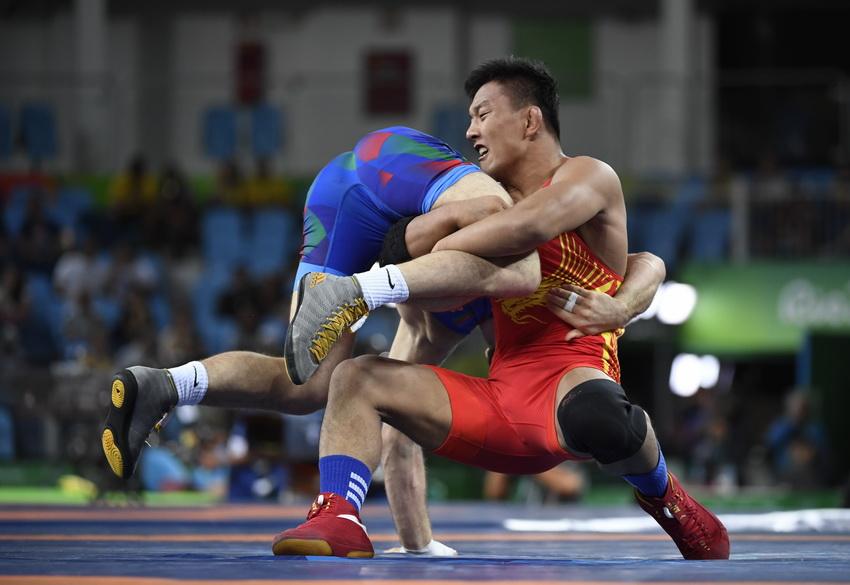 毕胜峰(右)与阿塞拜疆选手沙里福夫在摔跤男子自由式86公斤级的八分之一决赛中